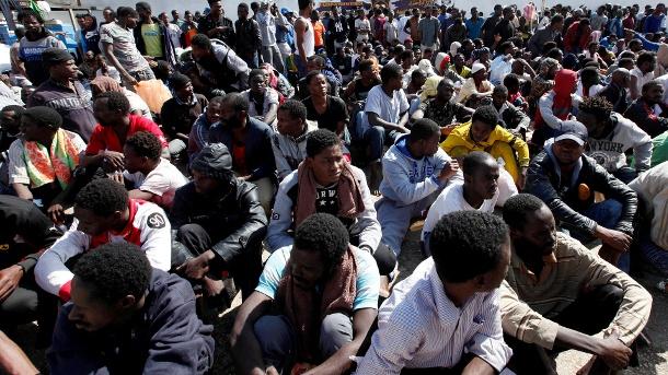 Фото из лагеря для беженцев в Ливии. Там царят жуткие гигиенические условия, в которых по всей видимости распространился данный вирус туберкулеза. (Источник: Ismail Zitouny /Reuters)